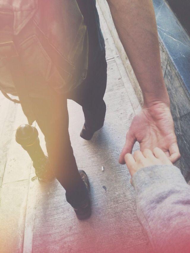 女性の手を引く男性